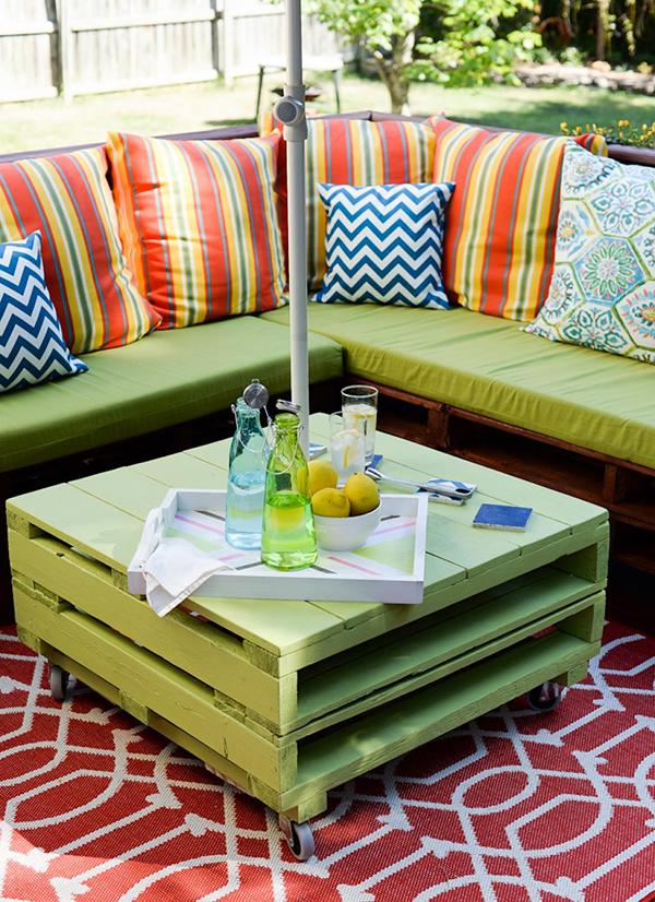 Thiết kế tinh tế giúp bộ sofa hòa vào không gian cùng điểm nhấn là set gối tông ấm . Toàn bộ thiết kế này được làm từ gỗ pallet cũ