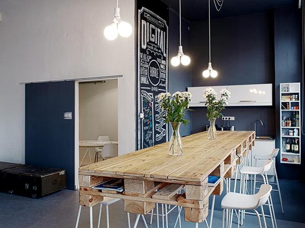 Thiết kế này đã thay đổi suy nghĩ nội thất pallet không sang vì chúng quá tinh tế và nổi bật . Bộ bàn ăn lớn này được làm từ gỗ pallet cũ
