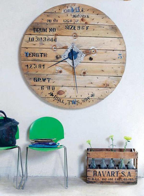 Mẫu đồng hồ ấn tượng này được làm từ gỗ pallet cũ