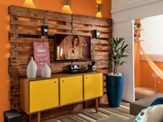 Bộ đèn và tường gỗ là điểm nhấn hoàn hảo trong không gian. Toàn bộ thiết kế này được làm từ gỗ pallet cũ