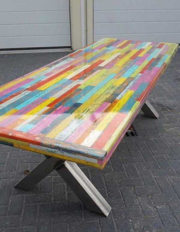 Bàn ăn pallet bảy sắc cầu vồng này có mặt bàn sơn màu đa sắc