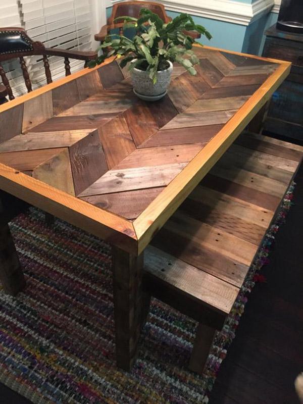 Mặt bàn chữ V và mặt ghế ghép từ gỗ pallet tối màu