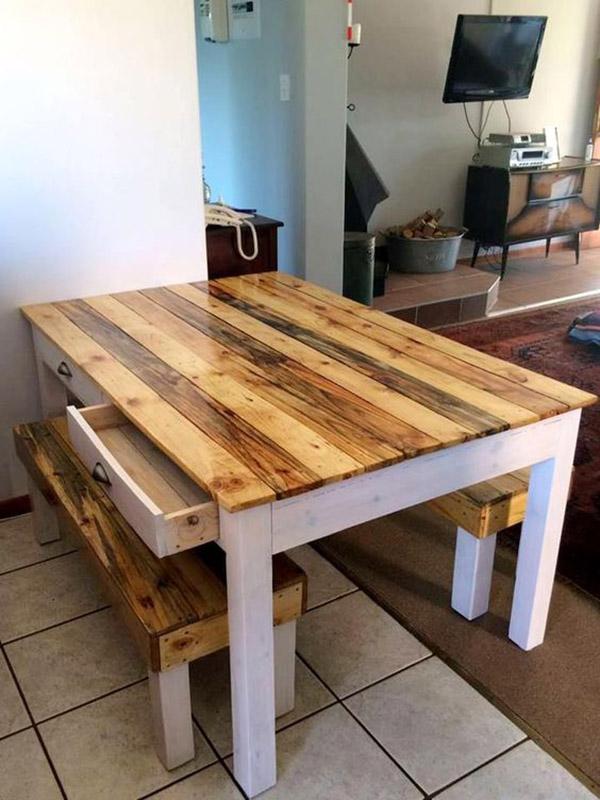 Mặt bàn và ghế màu gỗ sáng, chân màu trắng