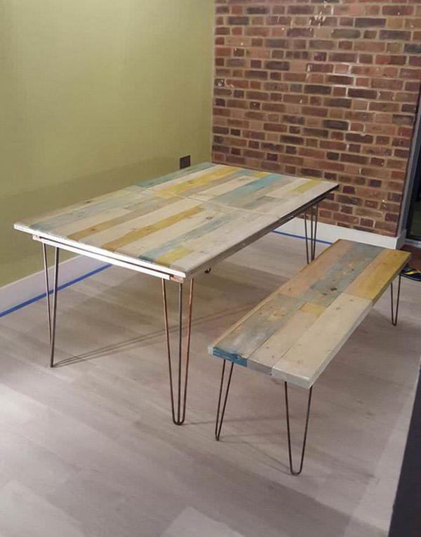 Toàn bộ set bàn ăn và băng ghế này được làm từ gỗ pallet tái chế
