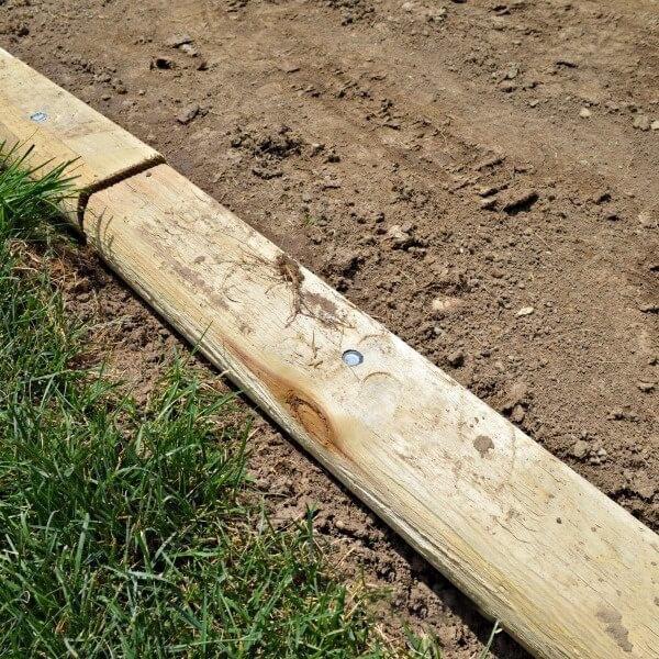 Đóng đinh lớn cố định gỗ để khung không bị dịch chuyển