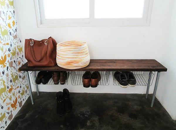 băng ghế tích hợp giỏ đựng giày ở lối vào