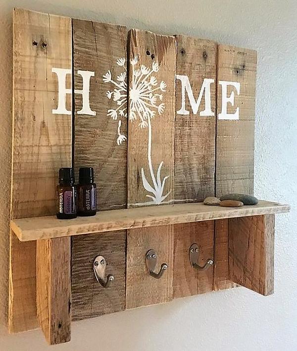 """Kệ gỗ pallet trang trí trang nhã với chữ """"HOME"""" cách điệu thêm bông bồ công anh"""