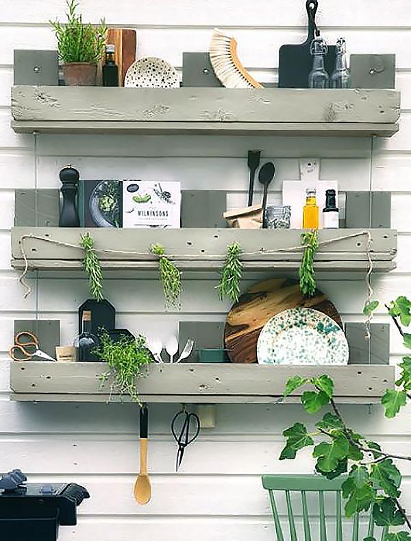 Kệ để đồ trong bếp dễ thương tích hợp thêm mảng xanh là các loại cây gia vị