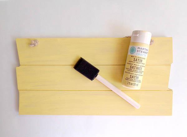 Phủ một lớp sơn nền lên bảng gỗ